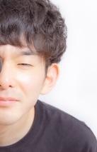 目を細める男性
